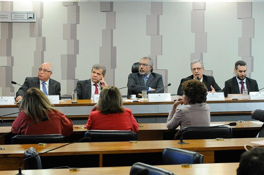 Debatedores defendem redução da carga tributária sobre mercadorias, bens e serviços